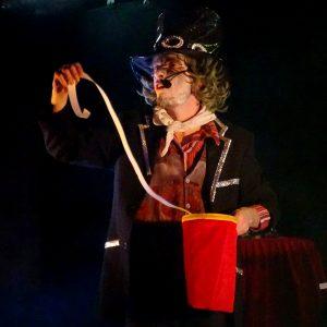 L'étrange assistant du magicien